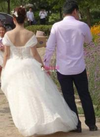 新娘子外景拍摄意外走光,两颗粉红的葡萄被摄影师看光了(1V 91M)【百度云】
