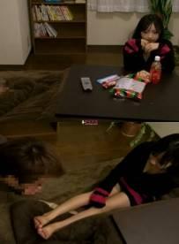 大学生妹妹在看电视,哥哥进来后开始玩妹妹的脚(百度云盘1V274M))